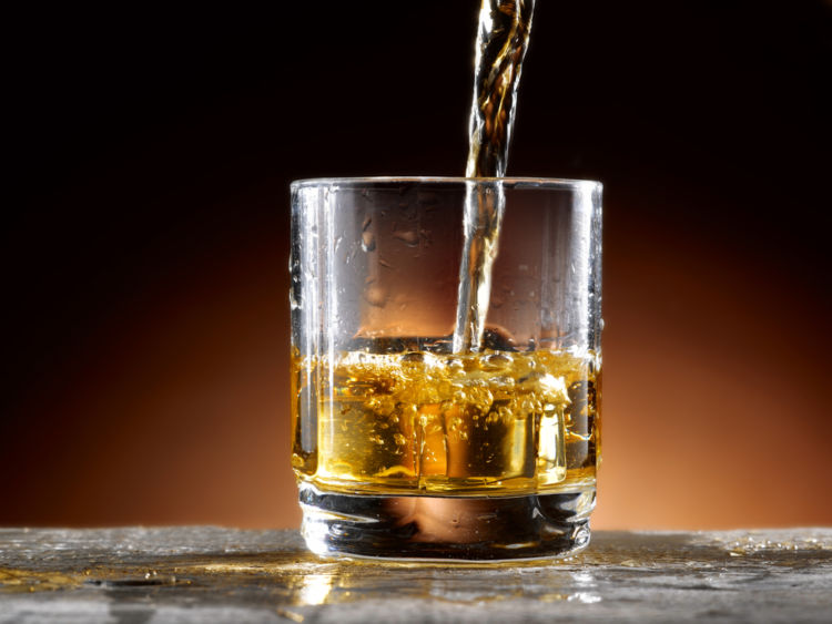 「トワイスアップ」はウイスキーの香りを引き立てる飲み方【ウイスキー用語集】