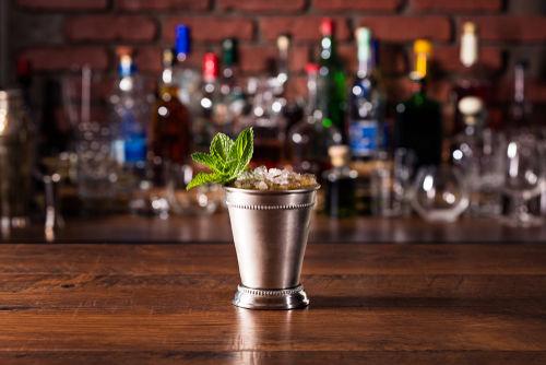 「ミントジュレップ」はバーボンウイスキーをベースに作る
