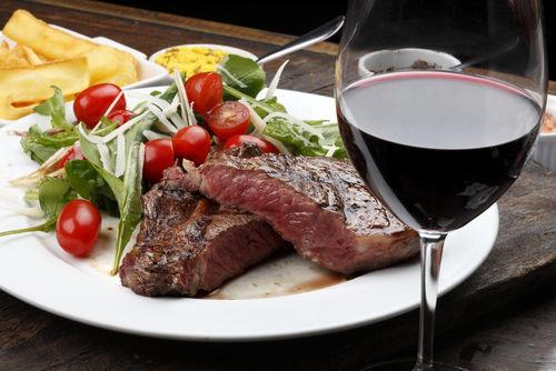 「肉料理には赤ワイン」と言われる理由とは?