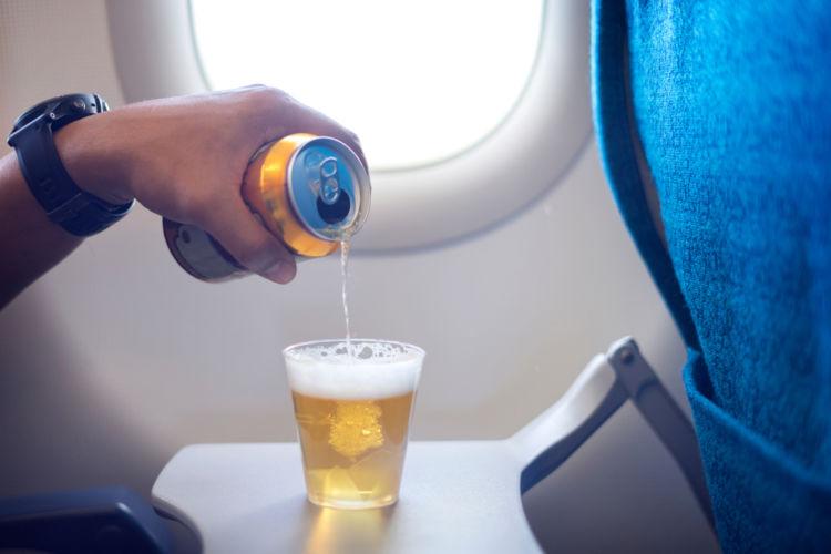 ビールは飛行機に持ち込める? 機内でビールをたのしむ際の注意点