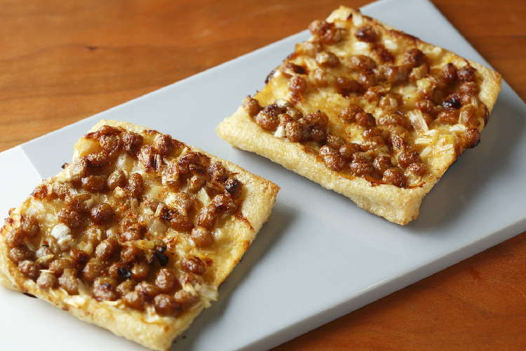 カリッとヘルシーな和風ピザ 「油揚げ納豆ピザ」