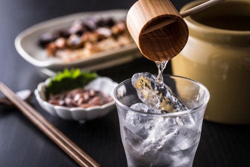 米焼酎の飲み方は、和風のおつまみと一緒に