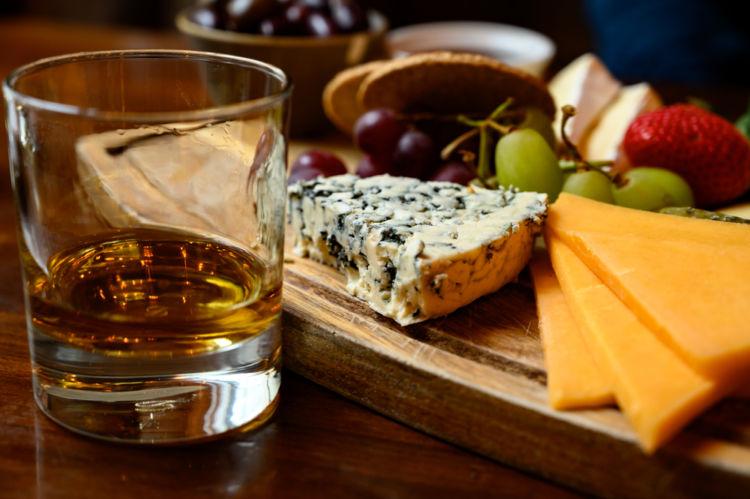 ウイスキーとチーズは、相性バツグンの組み合わせ