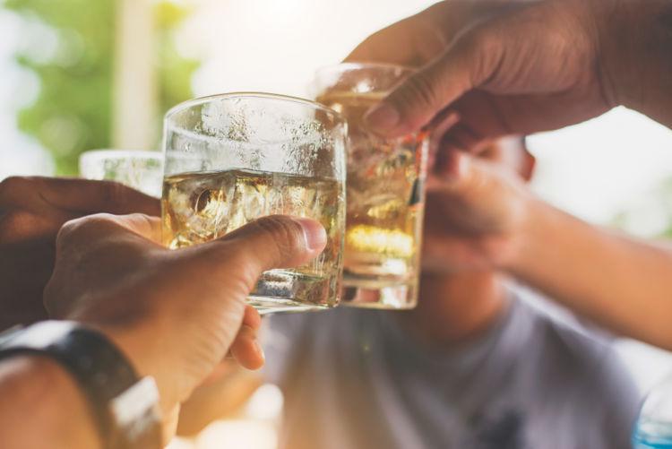 水割りがウイスキー初心者にオススメとされる理由は?【ウイスキー用語集】