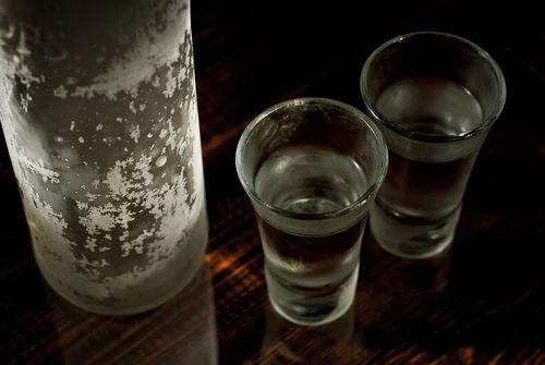 日本酒を冷凍庫で凍らせてもいい? 凍らせるとどうなる?