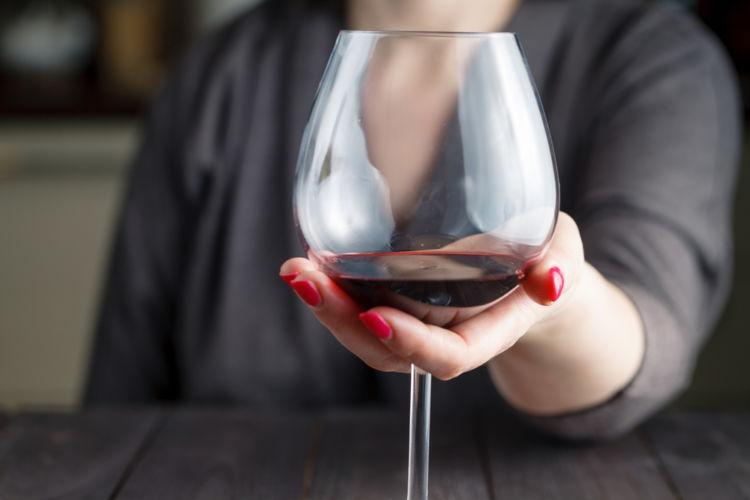 ワイングラスの正しい持ち方をおさらいしよう