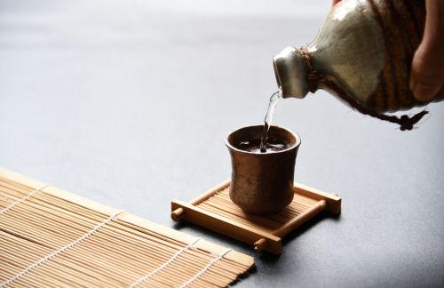 焼酎を詰め替えるなら陶器ボトルがおすすめ