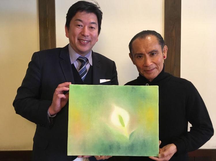 アートによる日本酒の付加価値創造を目指すべく、アーティストが尾瀬に咲く「水芭蕉」を描きラベルデザインに反映。第1弾は、俳優・画家などとしてマルチに活躍し、群馬県内には「草津片岡鶴太郎美術館」もある片岡鶴太郎氏。自然な優しいタッチで、尾瀬の魅力を美しく表現しています。