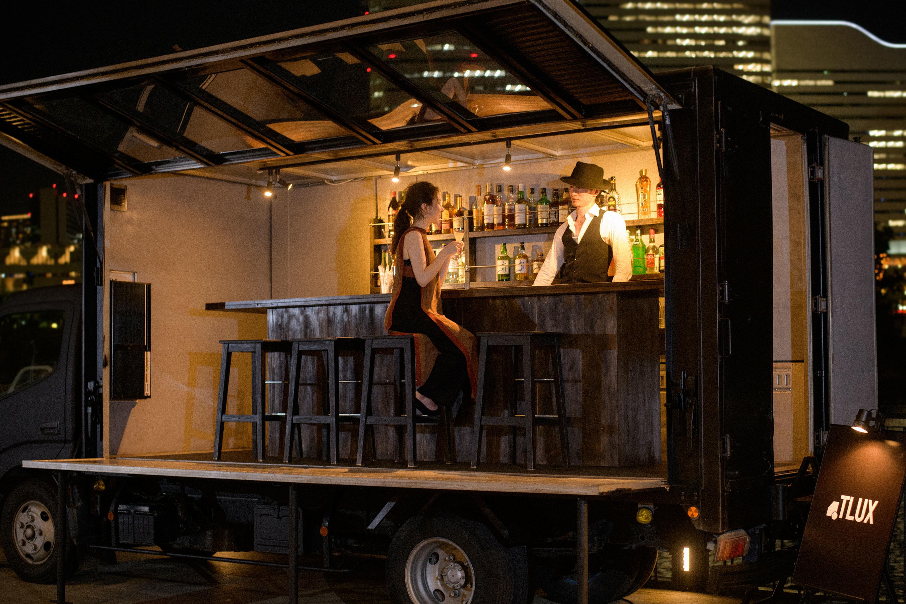 日本初の移動型バー!カウンターと客席がある「BAR TRUCK MEDIA TLUX」が運行開始