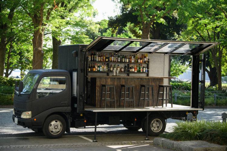 ロケーションは自由自在!日本初の「動くバー」