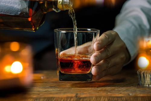 ウイスキーとスポイトを用意して、実際に水を垂らしてみよう