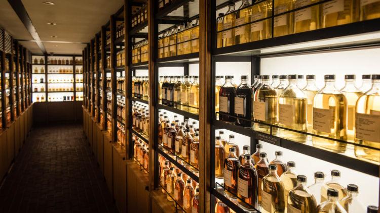 ウイスキーの保管に理想的な環境って? 悩んだら食器棚を活用しよう