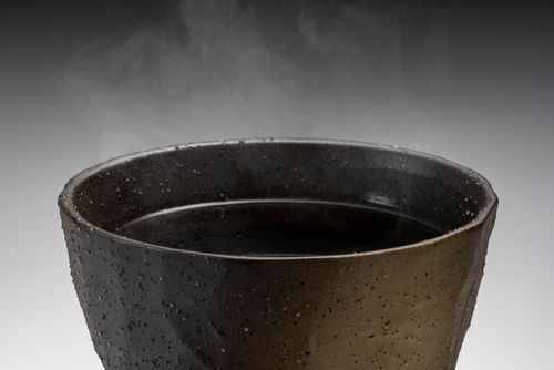 なぜ焼酎のお湯割りを作るときは、注ぐ順番が大事なの?