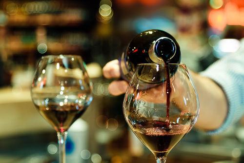 ワインのスマートな注ぎ方のポイント