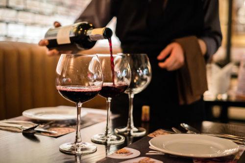ワインは注ぎ方だけでなく注がれるときにもマナーに注意