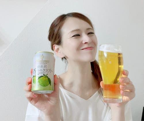 軽井沢 香りのクラフト 柚子をぐいっとする里井真由美さん