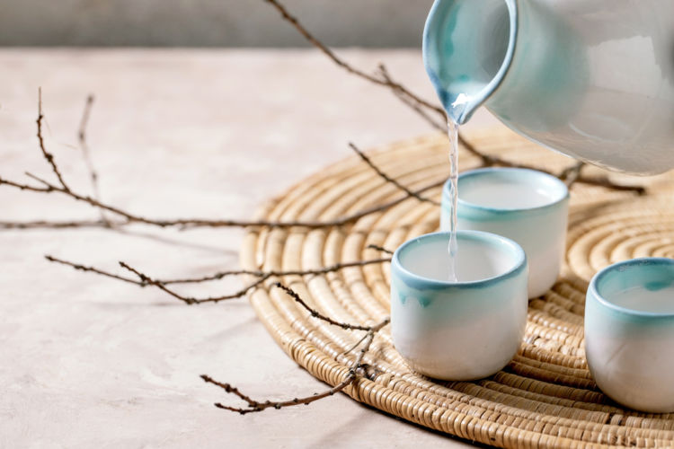 「日本酒」「焼酎」「泡盛」の特徴を、原料や製法、酒税法上の分類、ルーツ、飲み方から解説