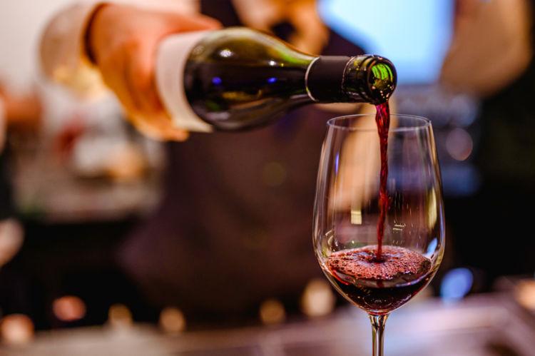 ワインは注ぐ量に注意! なみなみと注がない理由と適量の目安とは