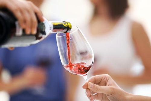 注ぐ量以外にも、ワインを注ぐ際に気をつけたいポイント
