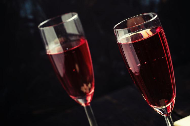 キールは世界的に人気のワインカクテル! その特徴や魅力、作り方、キールロワイヤルとの違いまで