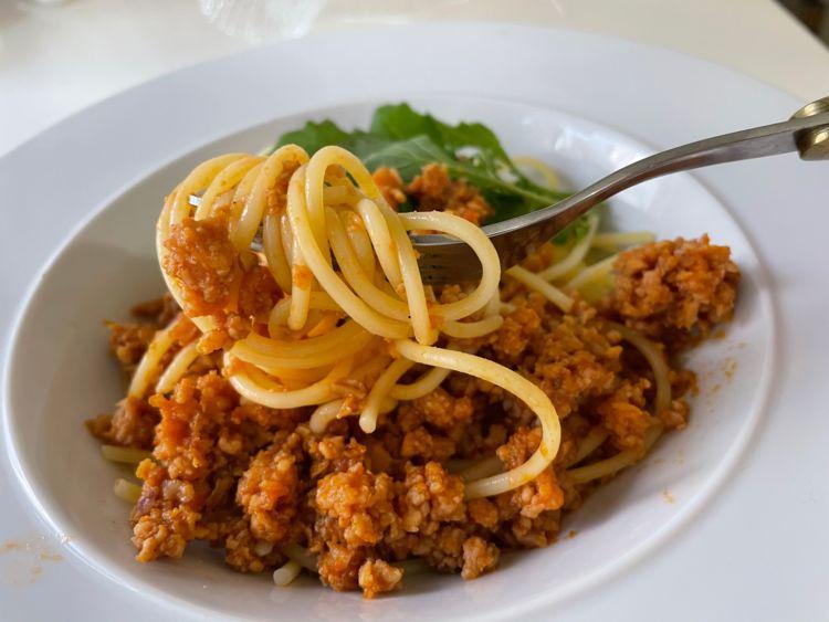 皿に盛り付けられた魚介の煮込みソーススパゲッティ