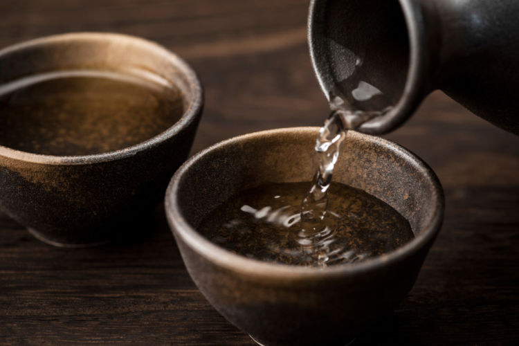 焼酎を製造法で分類すると? 「醪(もろみ)取り焼酎」と「粕(かす)取り焼酎」の違いとは?