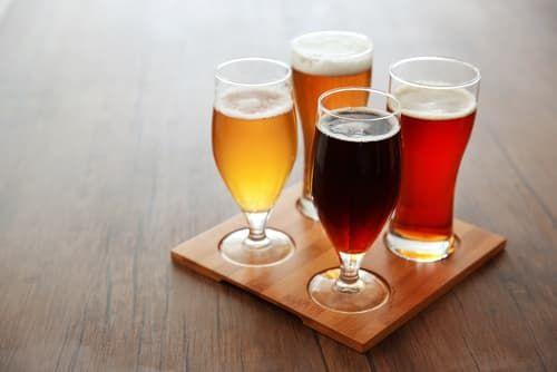 さまざまな色の濃さのクラフトビール