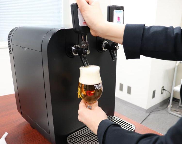 サーバーからビールを注ぐ様子