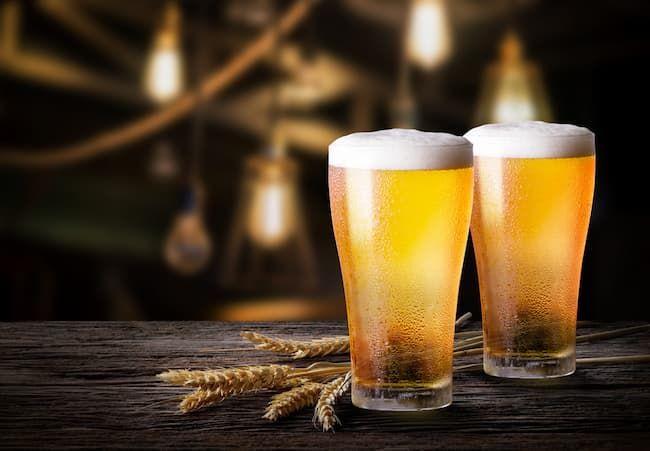 ビールの泡を楽しむ