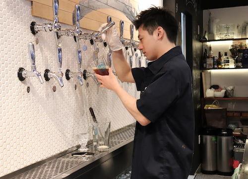 22タップすべてが自社で造っており、日本ではあまり見られないビール類を提供しています。
