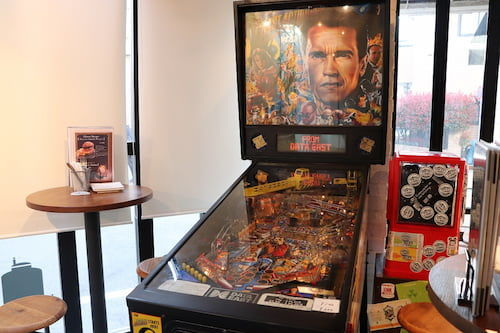 店内には実際に遊べるピンボールマシンも