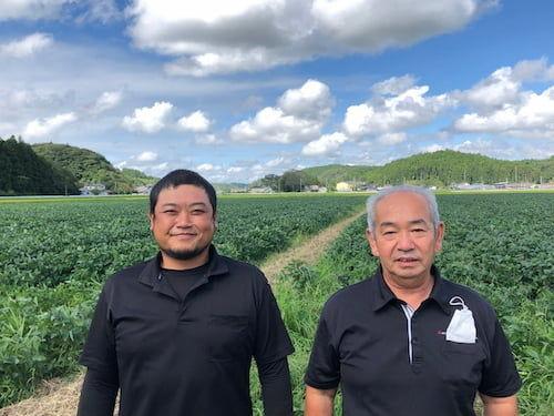 「希望の大麦」を生産する「アグリードなるせ」の 安部会長(右)と尾形社長(左)