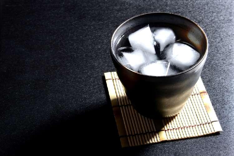 黒糖焼酎と同じく黒糖を原料とする酒で有名なのは…?
