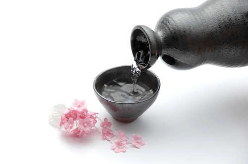 やっぱり日本酒はおちょこで飲むのが一番!粋な注ぎ方に挑戦してみよう
