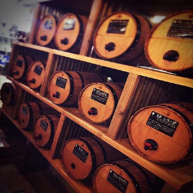 壁一面20種以上の樽からワインを時間無制限で注ぎ放題!