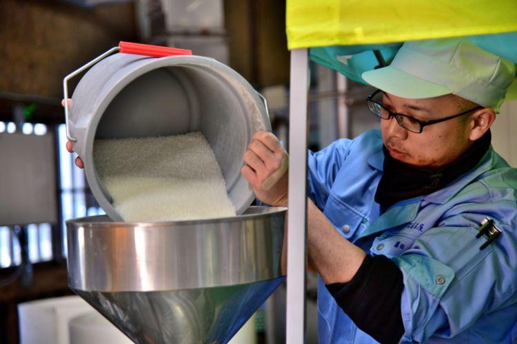 データに基づき、細やかな洗米作業が行われています。