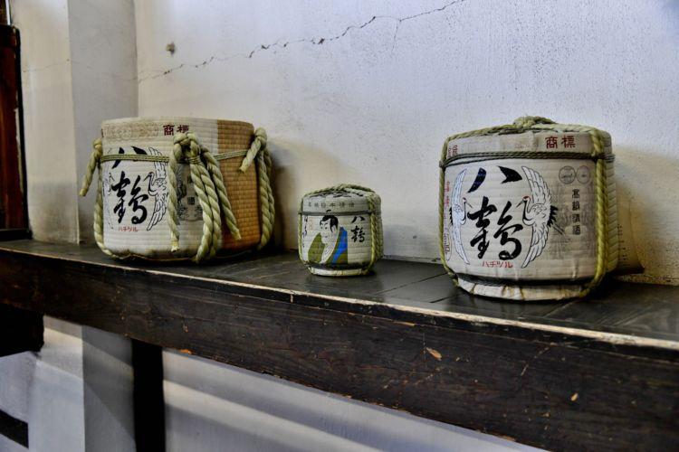 蔵のそこかしこに、『八鶴』の文字が…。