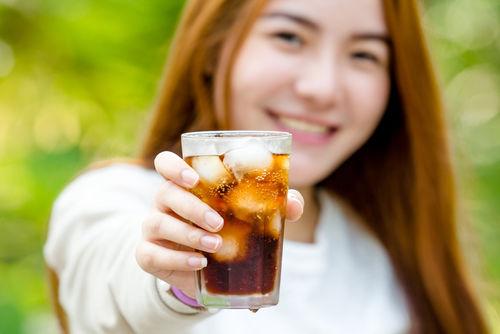 コーラと芋焼酎、互いの魅力が解け合って、飲みやすさがアップ