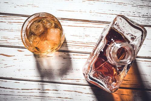 「チェイサー」の語源は、ウイスキーを「追いかける」ように飲むことから