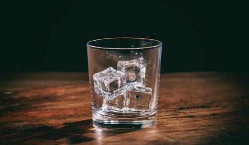 ロックで焼酎を飲む際は氷にこだわりたい