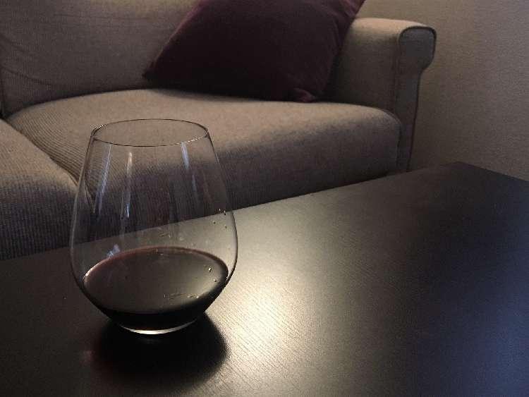 一方、ステムなしのワイングラスの良さは、何といっても収納場所をとらないことです。通常のステム付きワイングラスの高さは18~25cm前後あり、2脚だけでもかなりの場所をとりますが、ステムなしグラスは高さ10cm前後です。箱に入れておけば重ねられるし、アウトドアなど持ち運びにも便利です。家庭用のワイングラスとして非常に重宝するので、グラスを購入する際は合わせて検討してみましょう。
