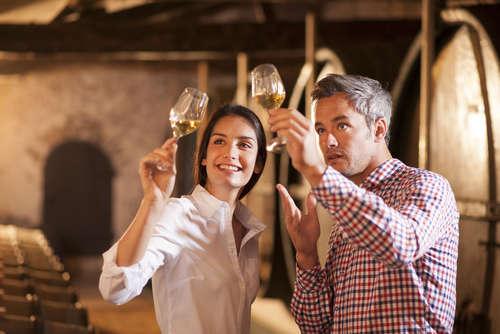 試飲会などでテイスティングする際は、いろいろなワインを比較、判断することが目的なので、「外観」「香り」「味わい」の3つの観点をさらに詳しく見ていきます。