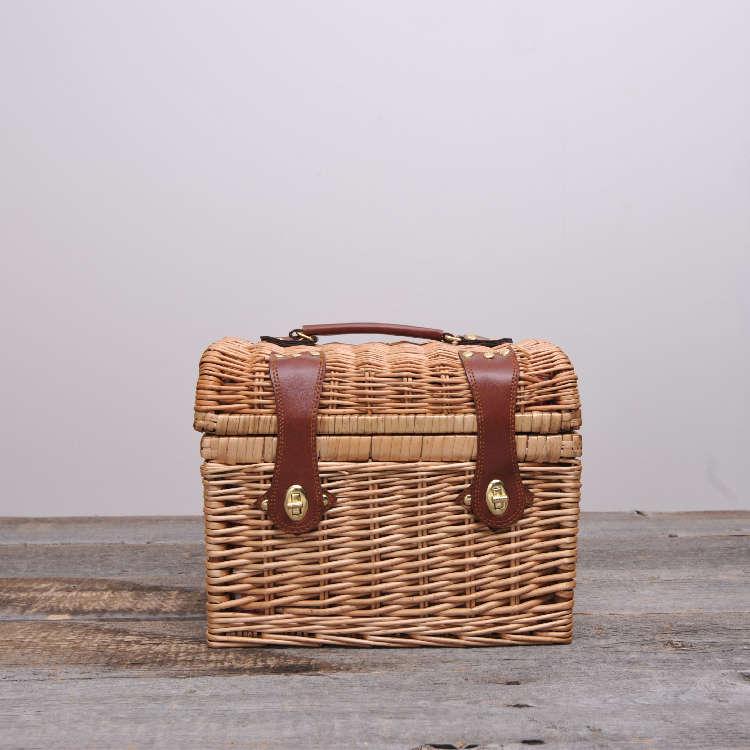 柳のバスケットは片手で持ち運べる軽量設計