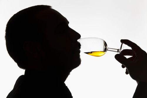 テイスティンググラスを使ったウイスキーのテイスティング