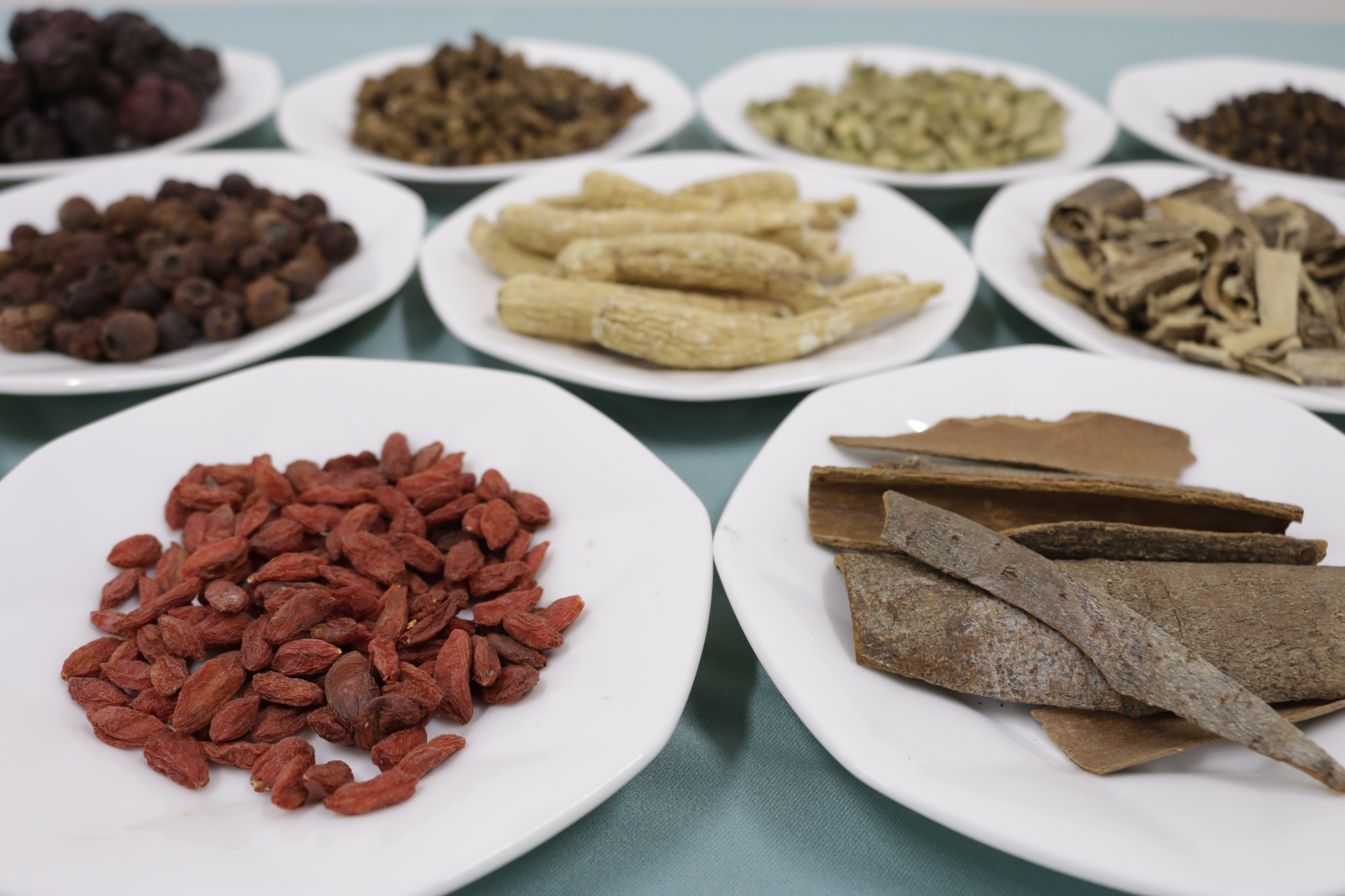 『ハーブの恵み』には、養命酒が400年を超える歴史で培ってきた「ハーブの選定技術」と「伝統的な製法」が結集しています。候補となった100種類を超えるハーブの中から、「ココロにやさしい」クローブ、シナモン、甜杏仁(かんきょうにん)、クロモジ、カルダモン、花椒(かしょう)の6種類と、「カラダにやさしい」高麗人参、桑の実、クコの実、ネムノキ、サンザシ、リュウガン、ナツメの7種類、計13種類を厳選してブレンド。