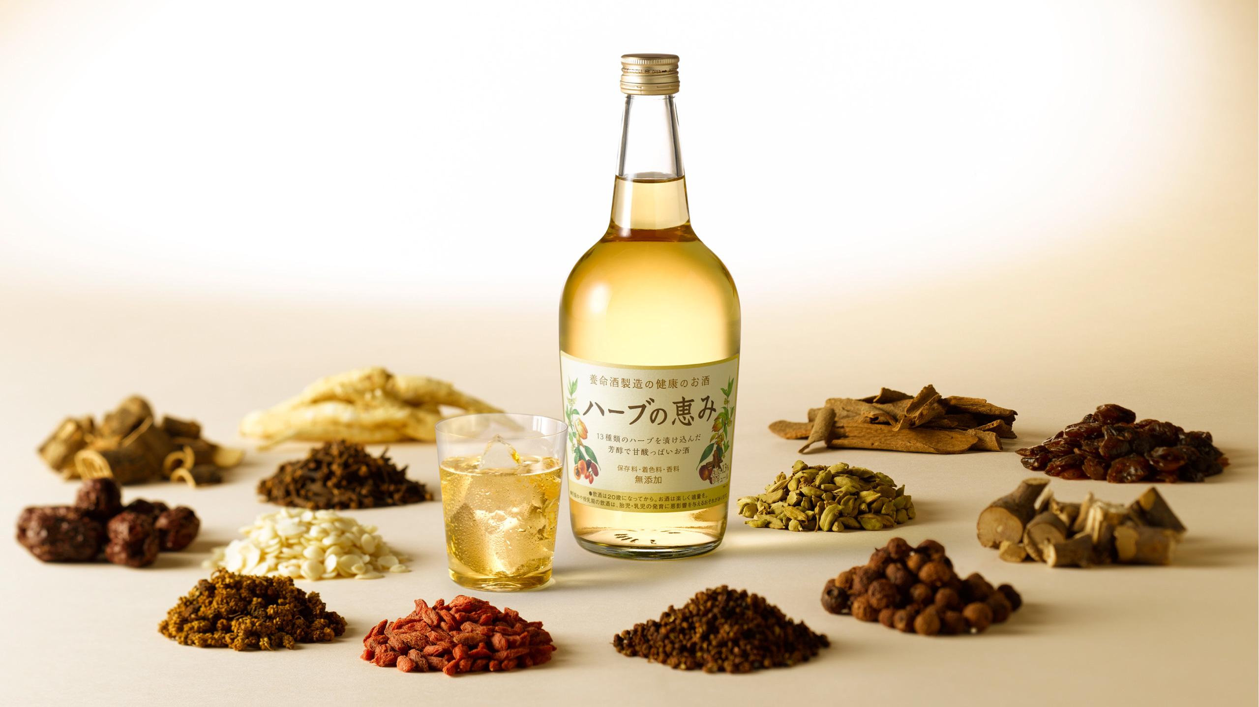 『ハーブの恵み』のさわやかな香りと、甘酸っぱくて芳醇(ほうじゅん)な味わいは、こうして造られました。これは、養命酒製造が長い歴史の中で培った、ハーブの選定技術と合醸法に代表される伝統的な製法があってこそ実現できたと言っても、過言ではありません。また、淡い琥珀色のリキュールはハーブ由来の色調で、見た目にも上質感が漂います。