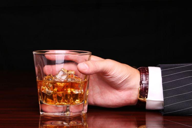 「ブラックニッカ」と「角」、定番ウイスキーを飲みくらべ