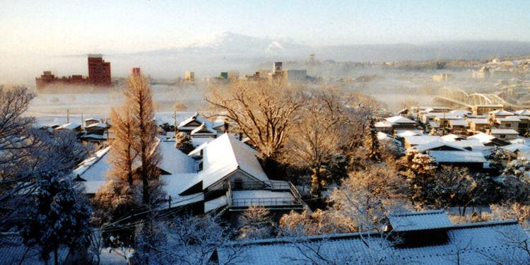 茅ぶき屋根の民家が点在する雪深い地に、創業当時のまま残る蔵