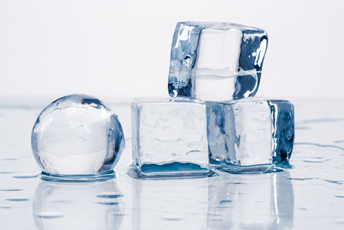 ウイスキーの水割りに氷の純度や形が影響