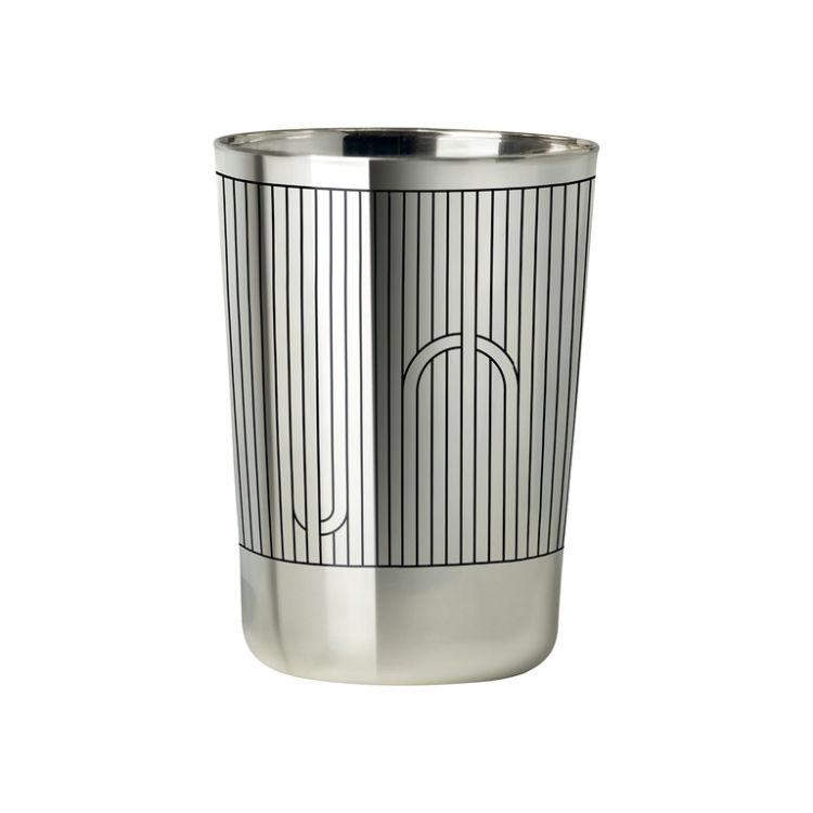 まるでシルバーのようなグラスは、じつはガラス製